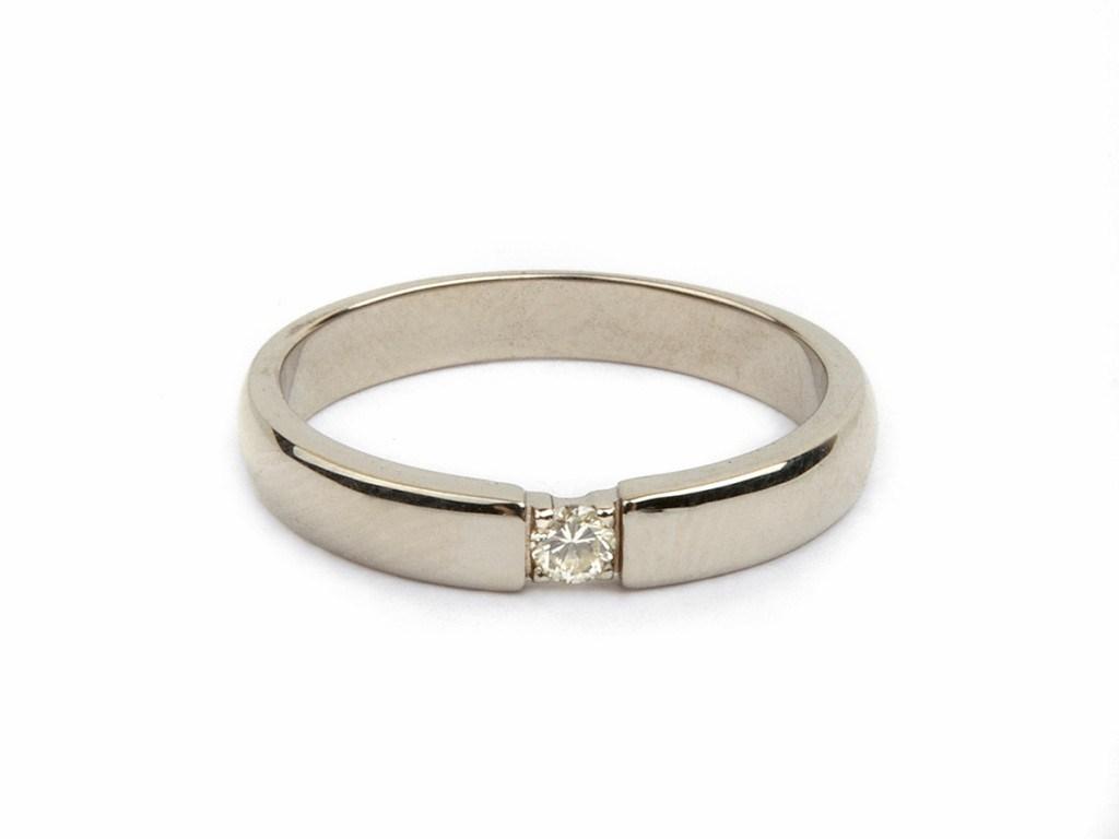 Классическое обручальное кольцо с камнем