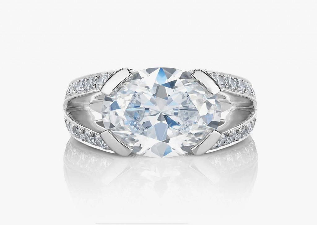 Дорогое кольцо с большим бриллиантом