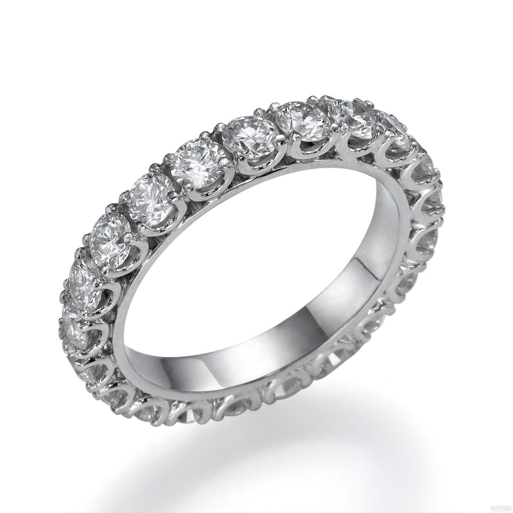Эффектное кольцо с прозрачными бриллиантами