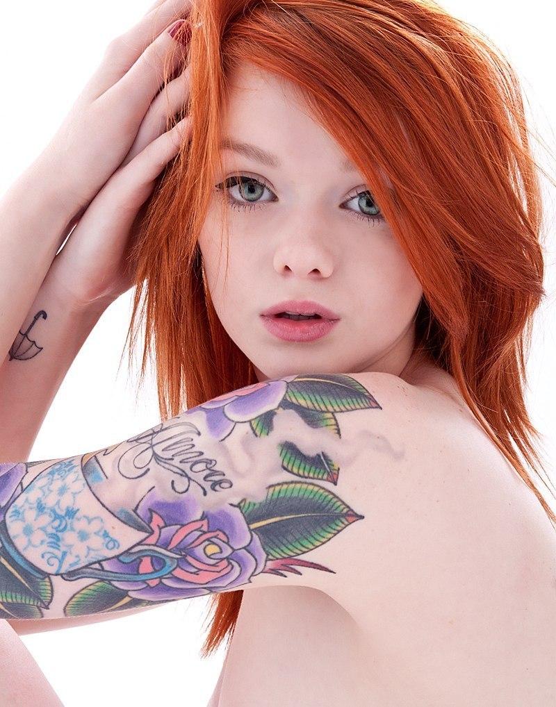 Яркая женская татуировка на руке