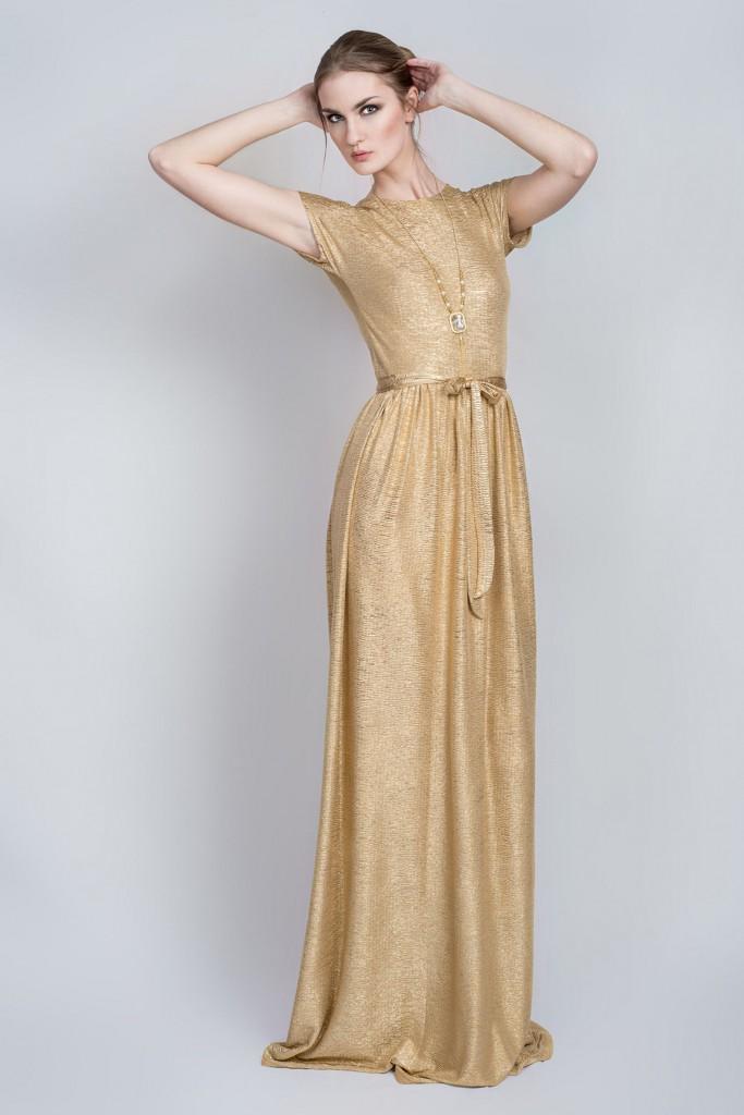 Длинное струящееся золотое платье с поясом