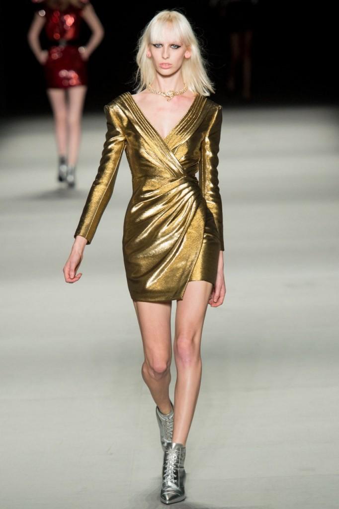Короткое золотое платье с ботильонами