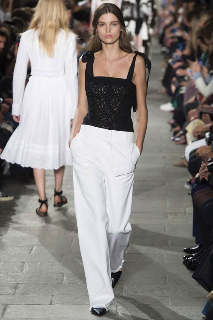 Модный уличный образ с белыми брюками