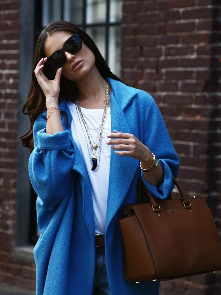 Уличный образ с синим пальто и сумкой