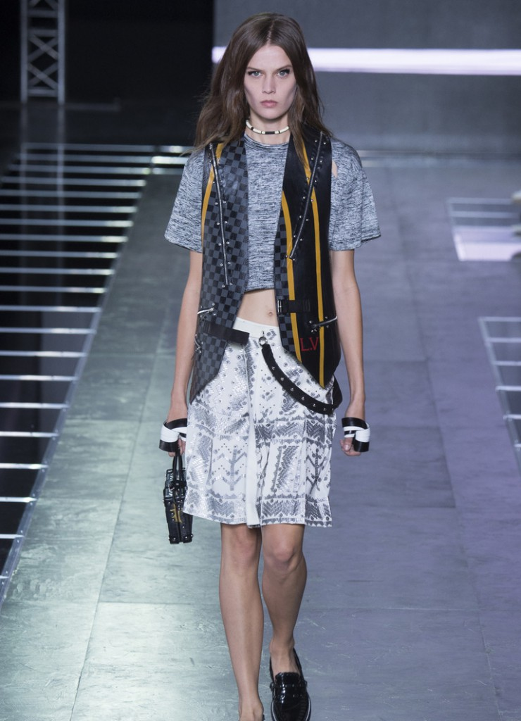 Модный женский уличный образ с серым трикотажным топом