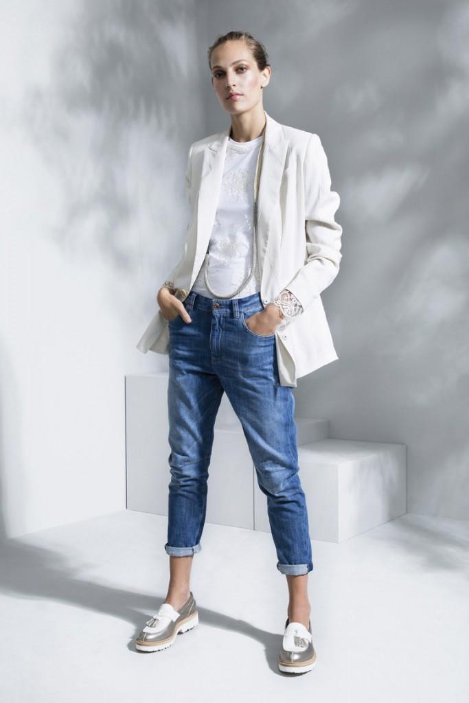 Стильный женский уличный образ с джинсами бойфрендами