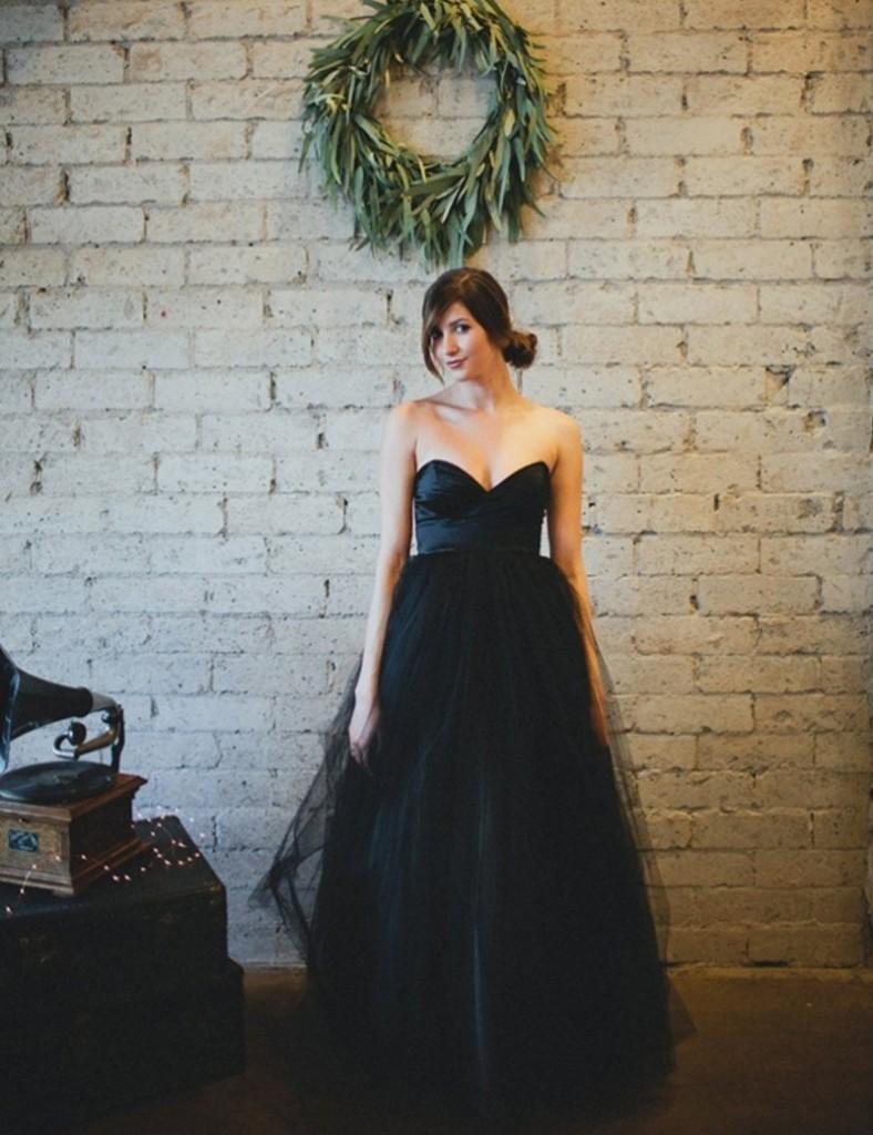 Готическое свадебное платье без бретелей и с пышной юбкой