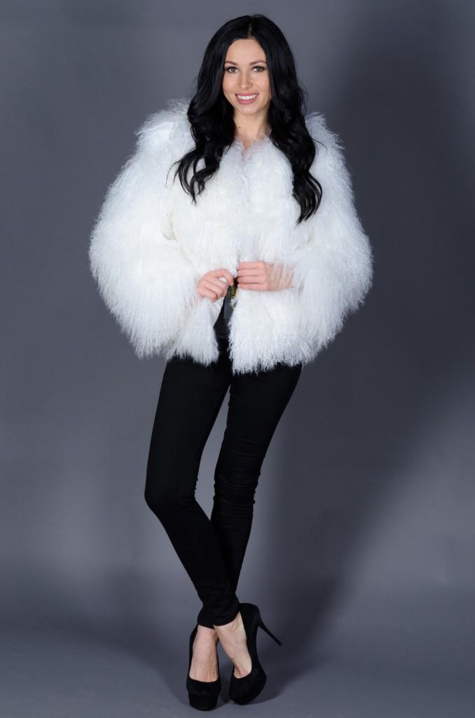 Белая стильная шуба из ламы