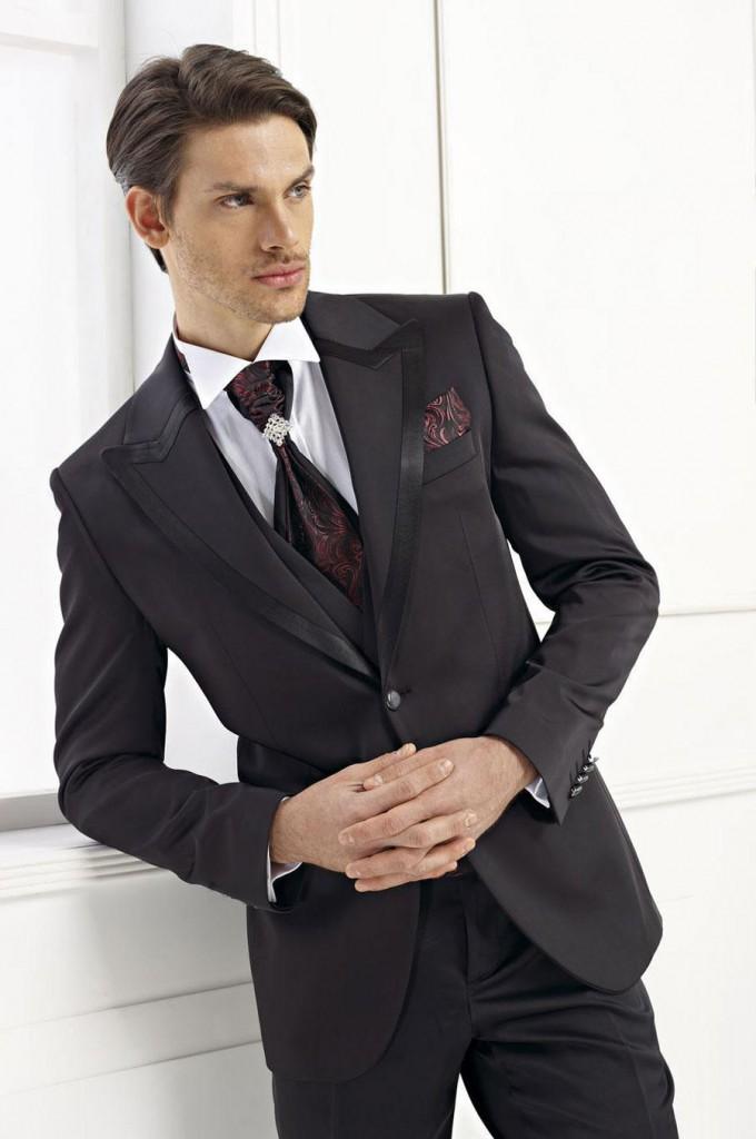 Стильный черный мужской костюм с узором на галстуке и платке