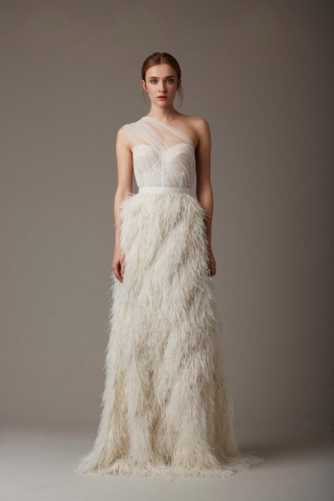 Белое прямое свадебное платье с перьями