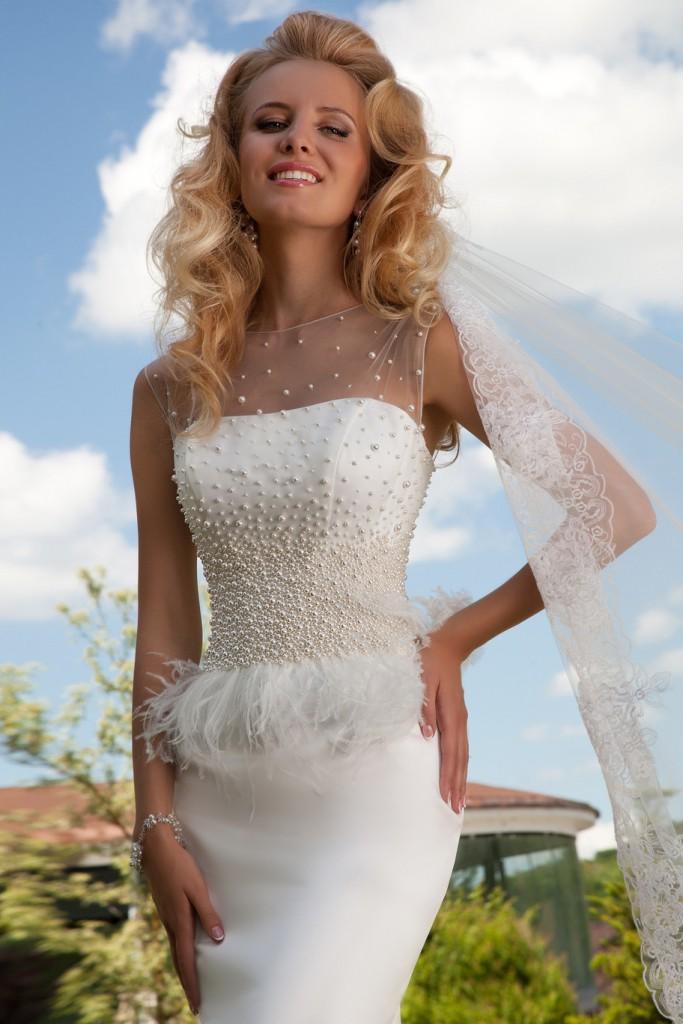 Белое свадебное платье с перьями с фатой