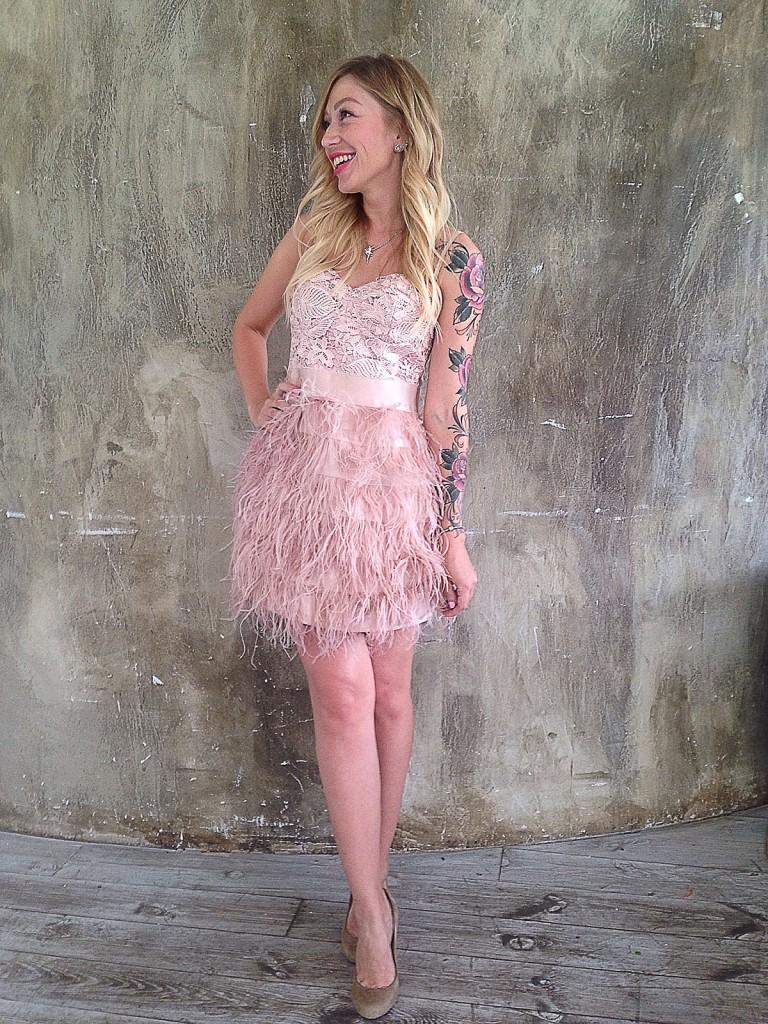 Розовое вечернее платье с перьями