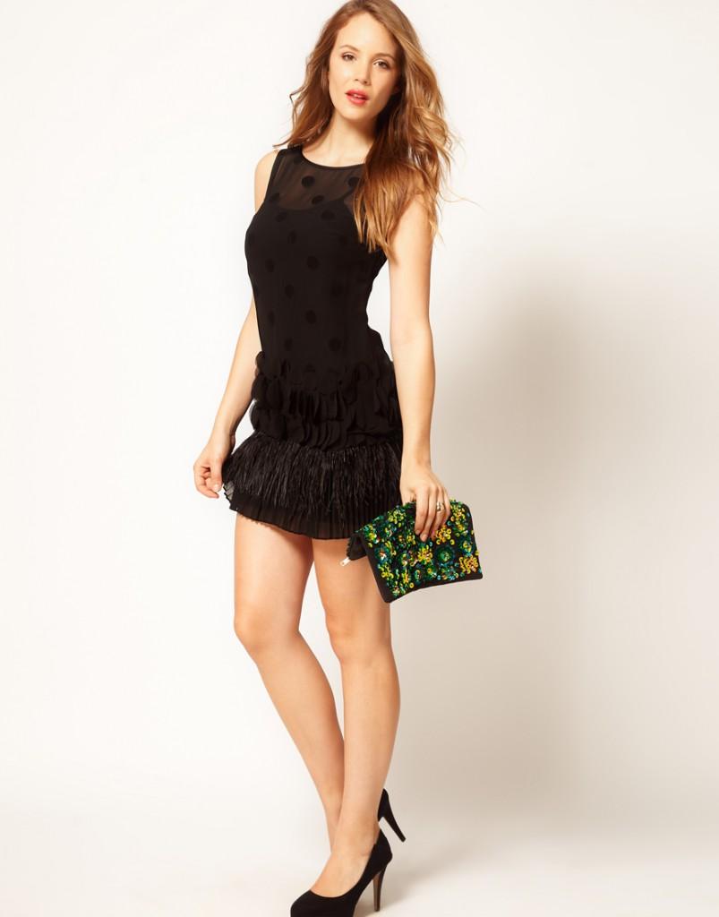 Черное короткое платье футляр с перьями