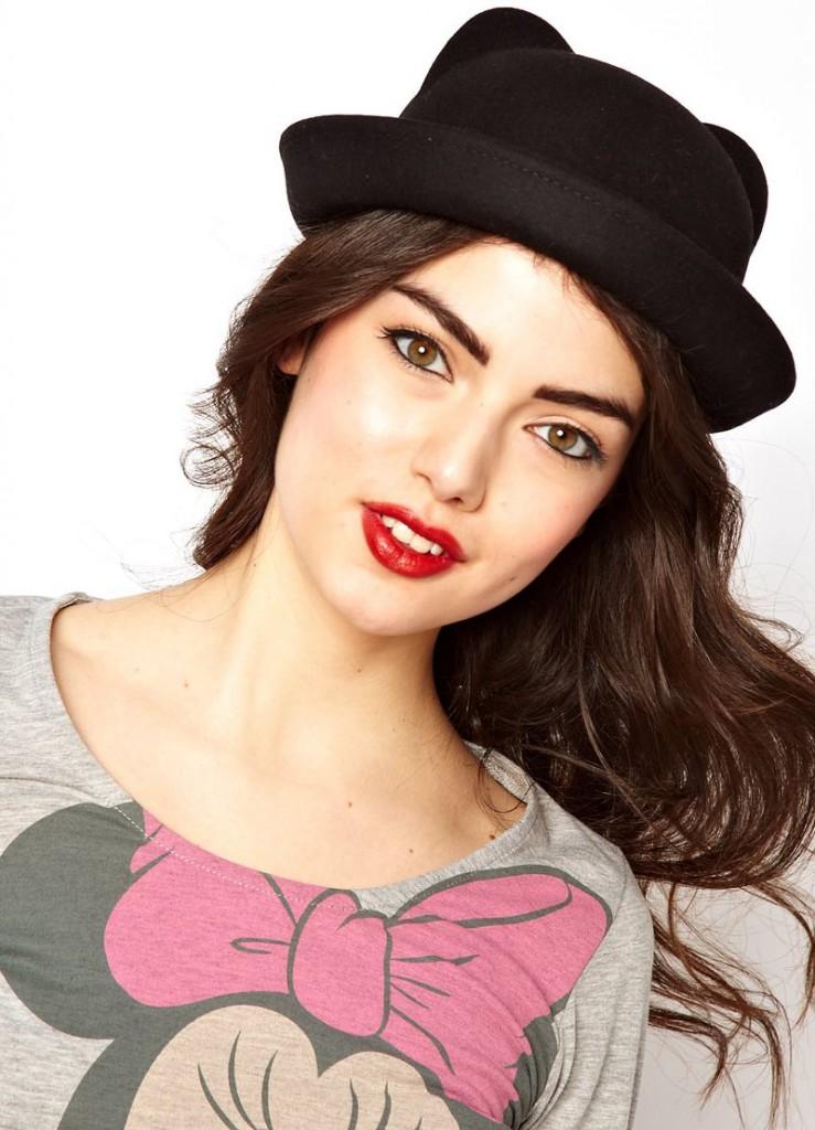Черная модная женская шляпка с ушками