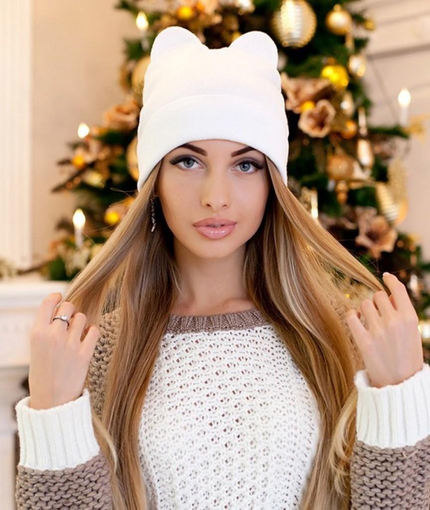 Белая модная женская шапка с ушками