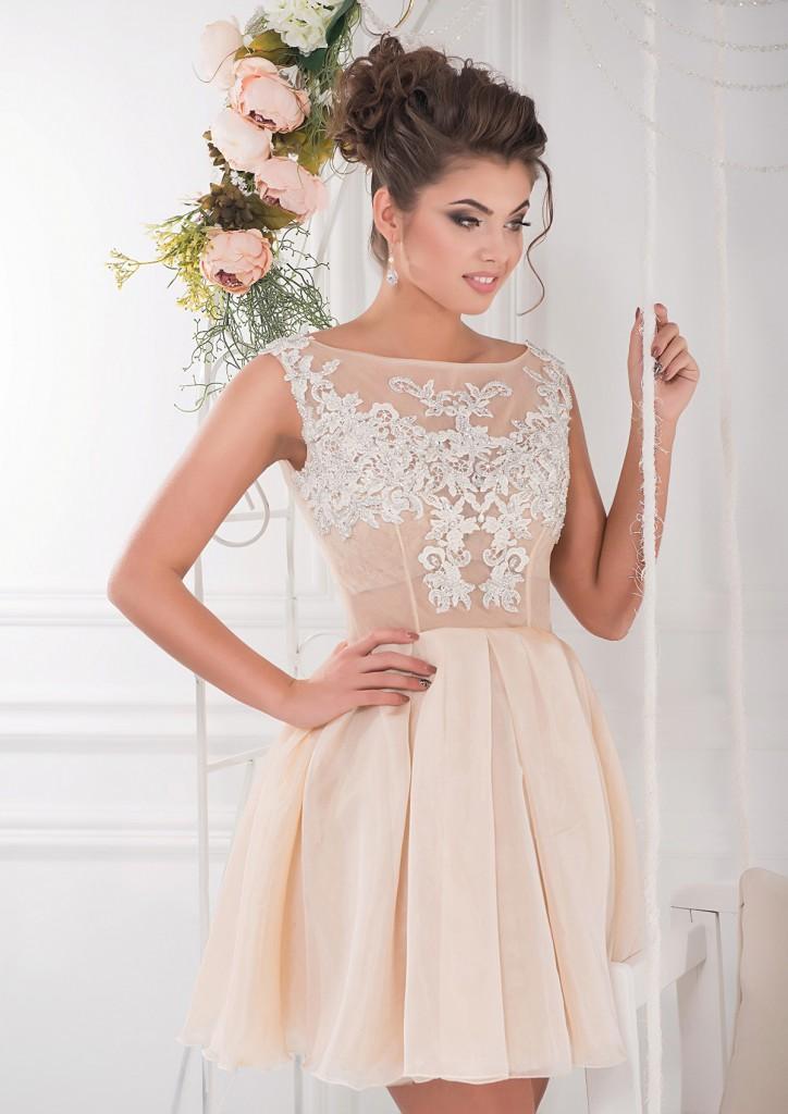 Короткое кремовое платье с кружевом