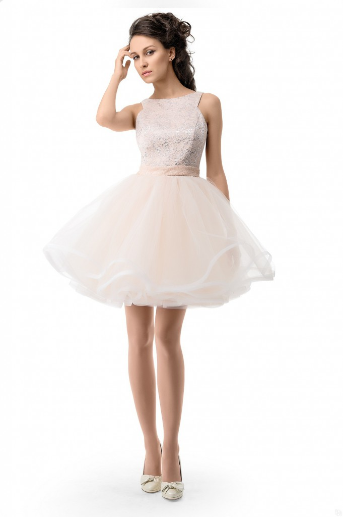 Короткое кремовое платье с пышной шифоновой юбкой