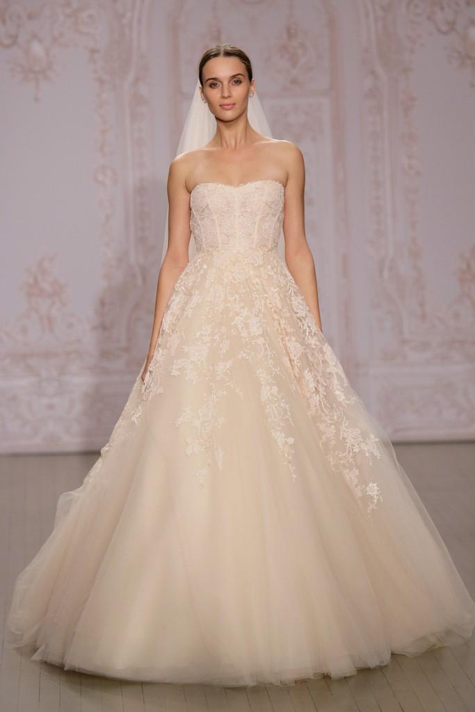 Свадебное пышное кремовое платье с вышивкой