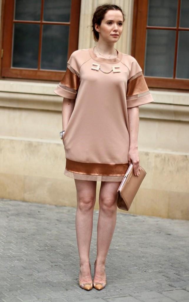 Кремовое платье с клатчем