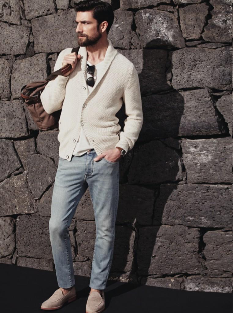 Светлый теплый мужской кардиган с джинсами