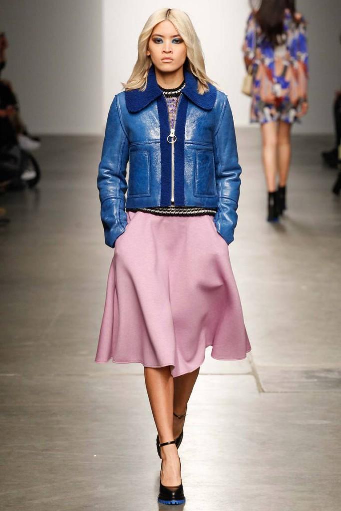 Розовая юбка с синей курткой