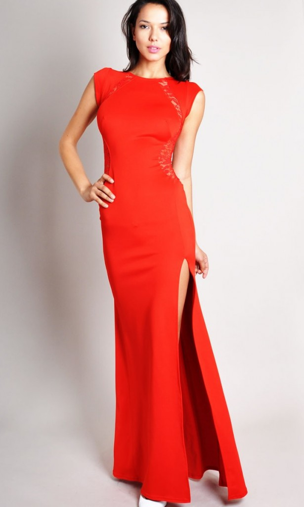 Красное длинное платье с вырезом