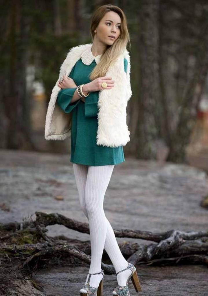 Белые колготки с зеленым платьем