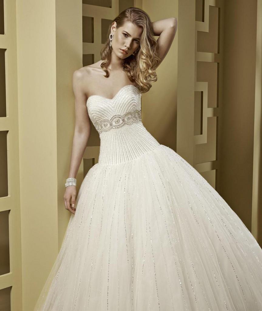 Блестящее свадебное платье с пышной юбкой и корсетом