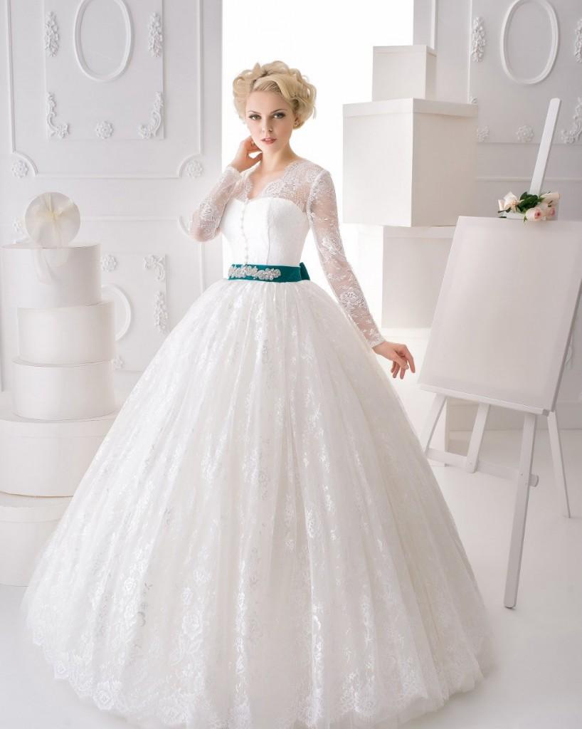 Пышное свадебное платье с корсетом и рукавами