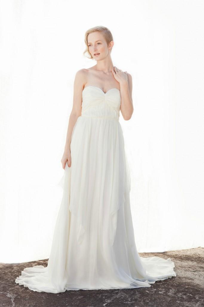 Прямое свадебное платье с заниженным корсетом