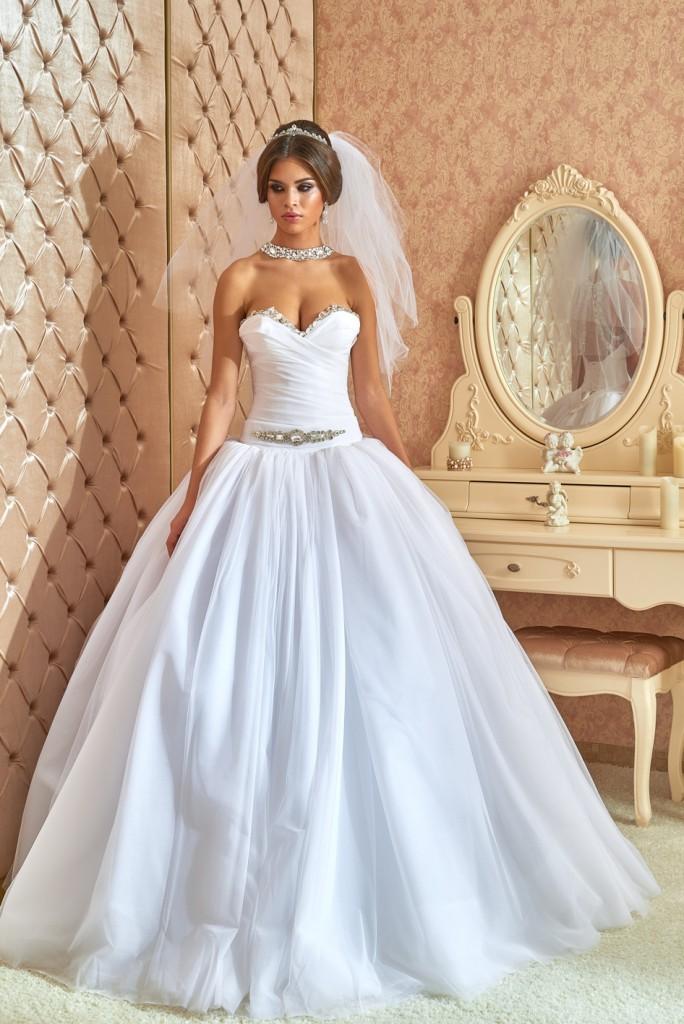 Свадебное платье с пышной юбкой, корсетом и фатой