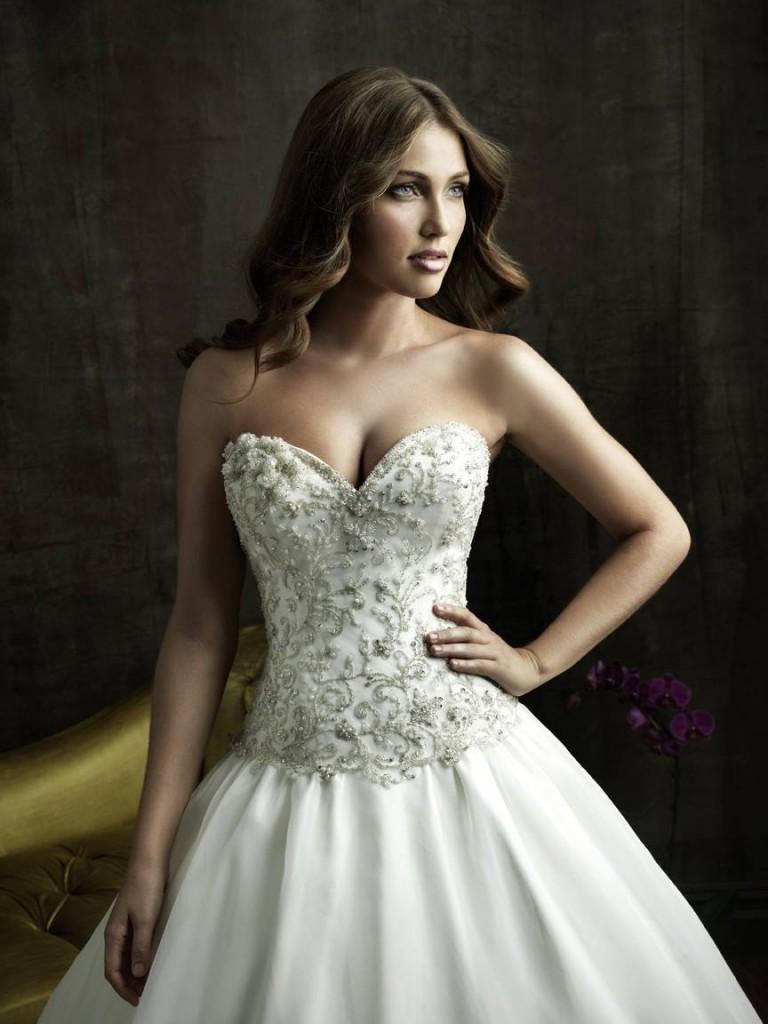 Пышное свадебное платье с корсетом украшенным камнями