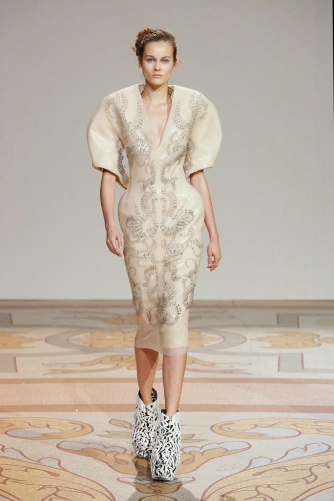 Экстравагантное бежевое платье и белая обувь