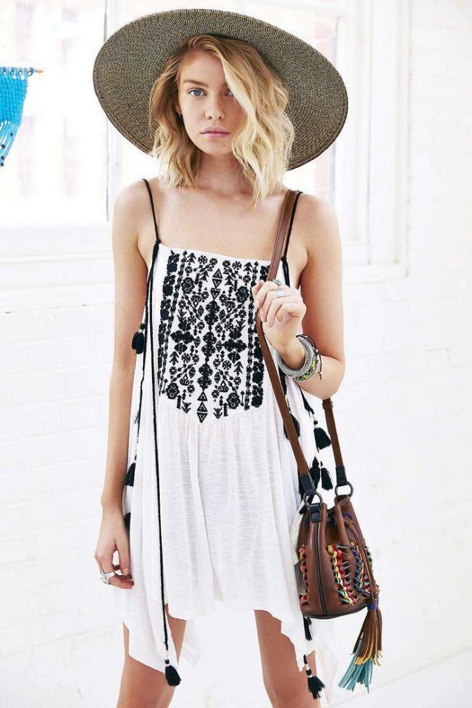 Образ с сумкой и шляпой в этническом стиле
