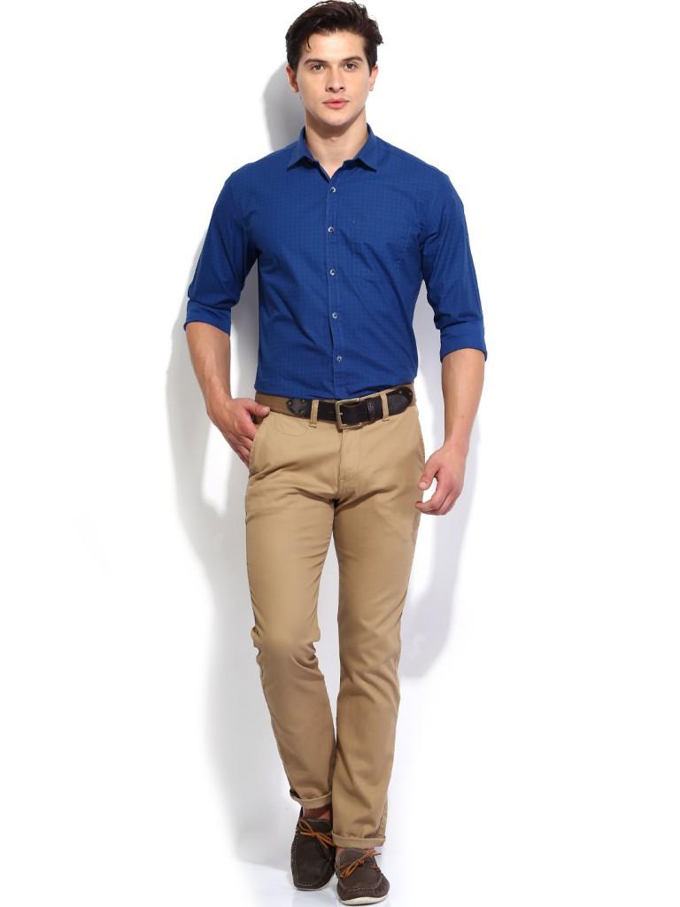 Мужской образ с бежевыми брюками и синей рубашкой в стиле smart casual