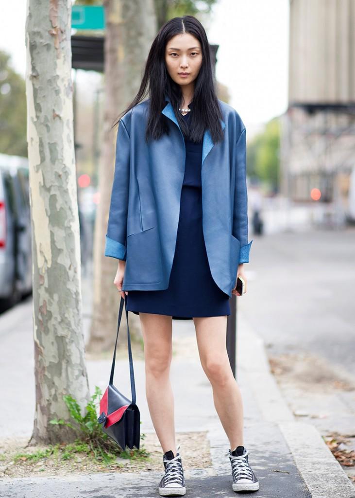 Темное короткое платье с кедами