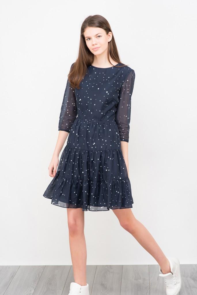 Черное платье в горошек с кедами