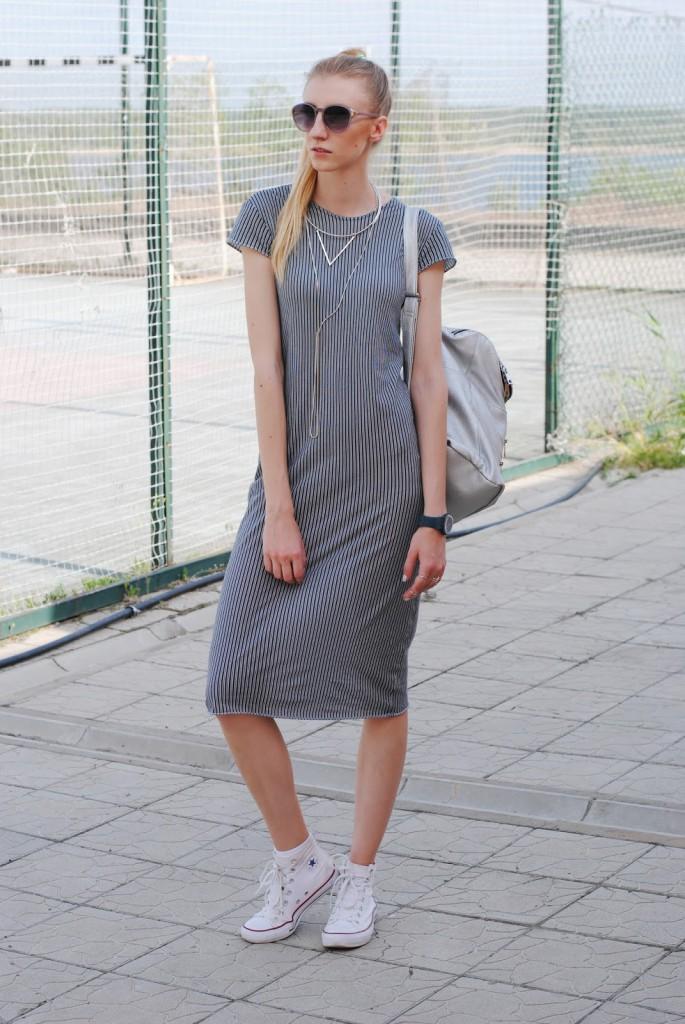 Серое платье с кедами