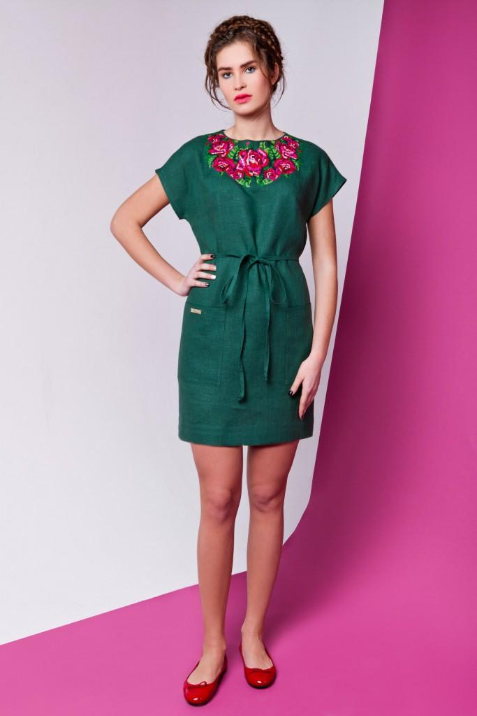 Зеленое льняное платье с вышивкой