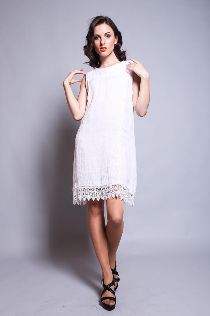 Льняное белое платье с кружевной оборкой