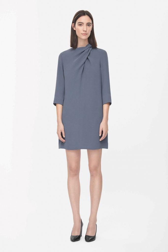 Простое серое платье в стиле минимализм