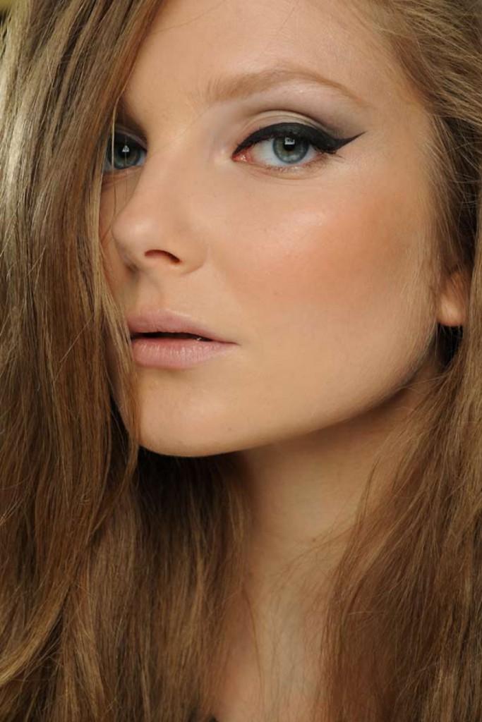 Легкий макияж со стрелками в стиле нью лук