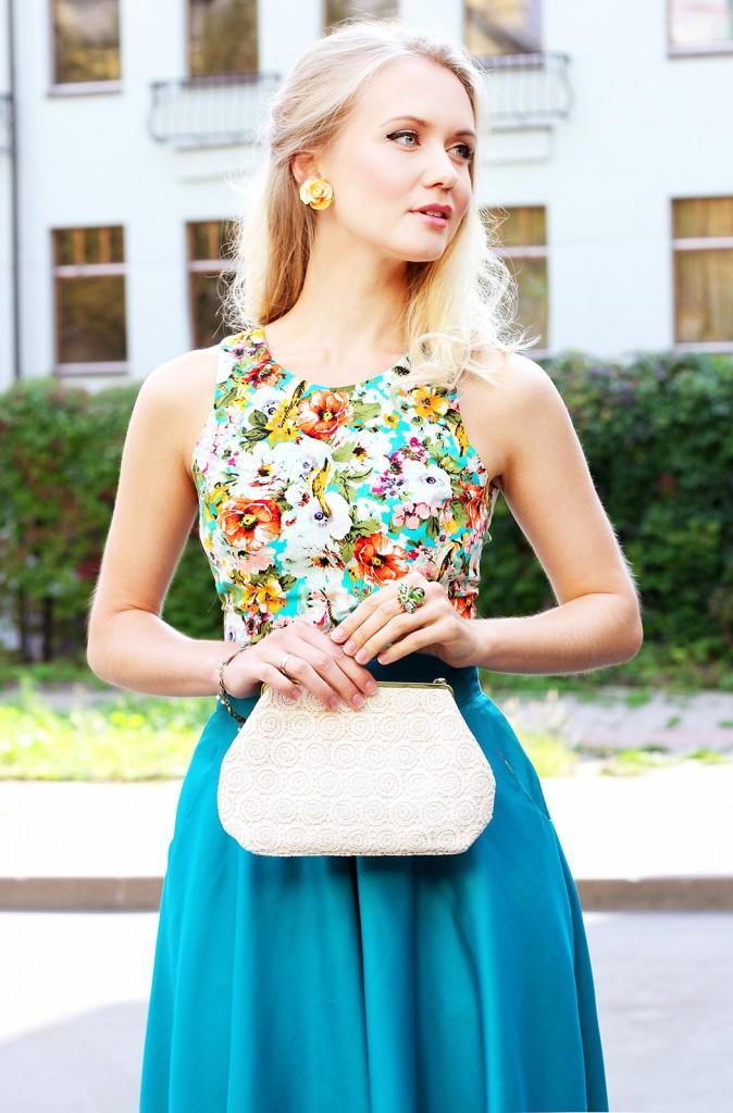 Женский образ с изумрудной юбкой и цветочным топом в стиле нью лук