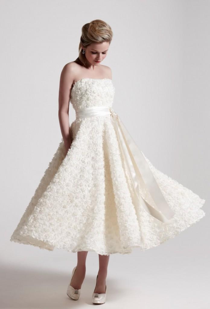 Нежное свадебное платье с розочками и длинной юбкой в стиле нью лук