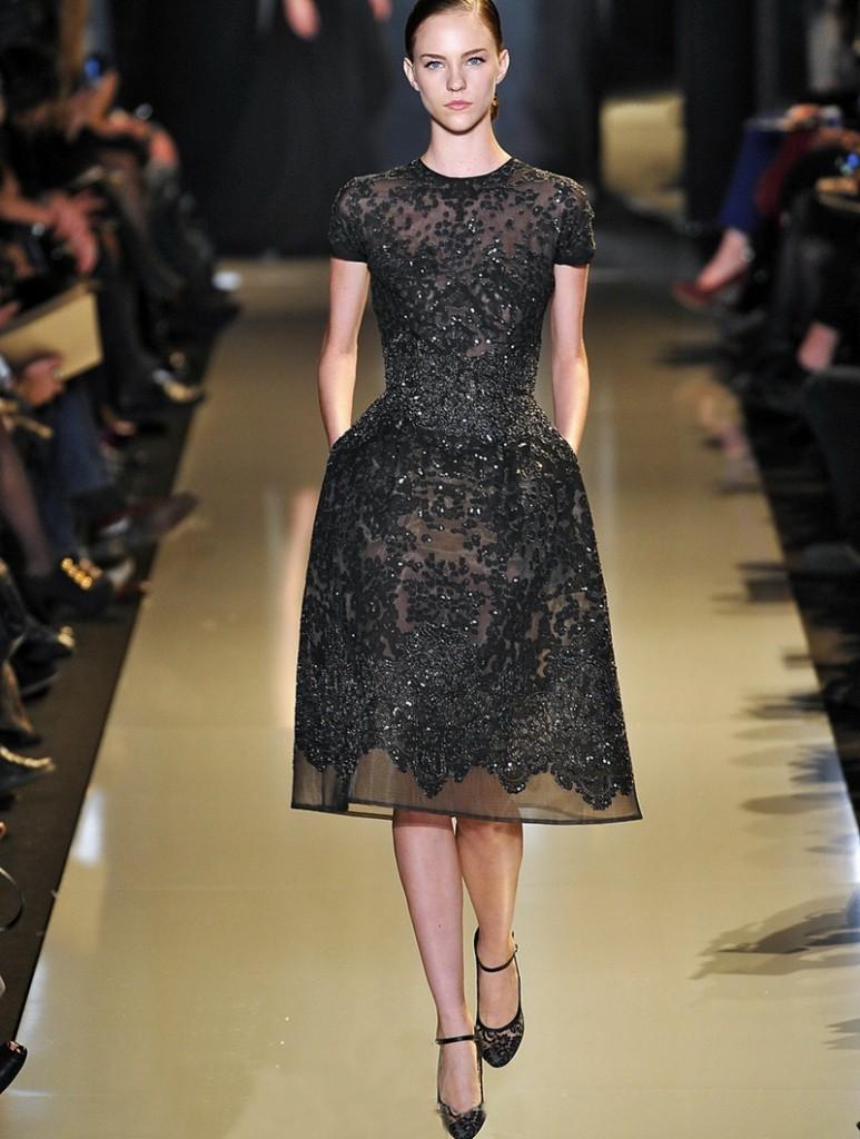 Черное блестящее платье в стиле нью лук