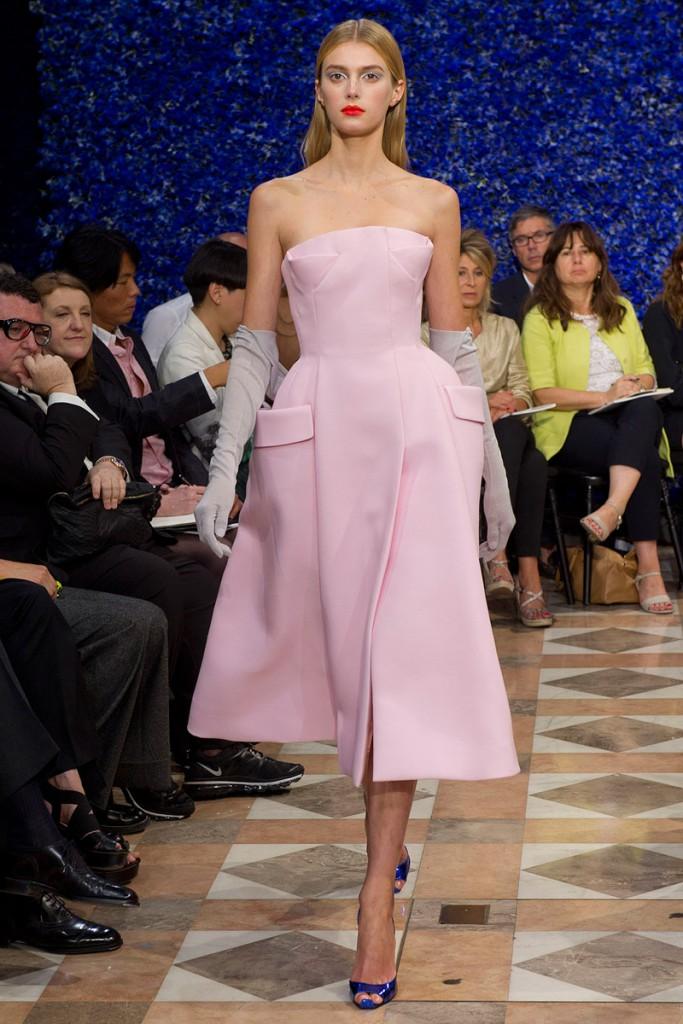 Розовое платье в стиле нью лук
