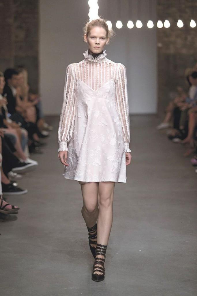 Короткое розовое платье в викторианском стиле