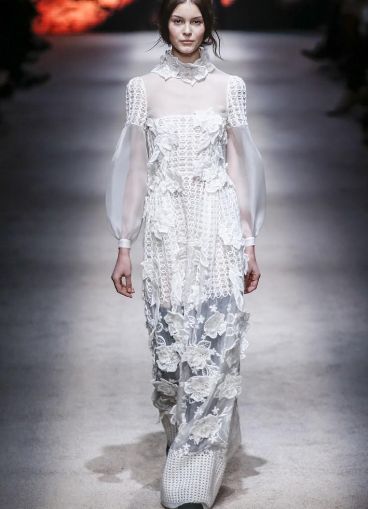 Воздушное длинное светлое платье в викторианском стиле
