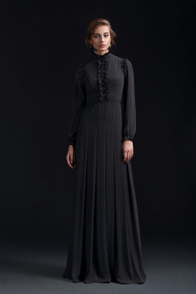 Черное длинное платье в викторианском стиле