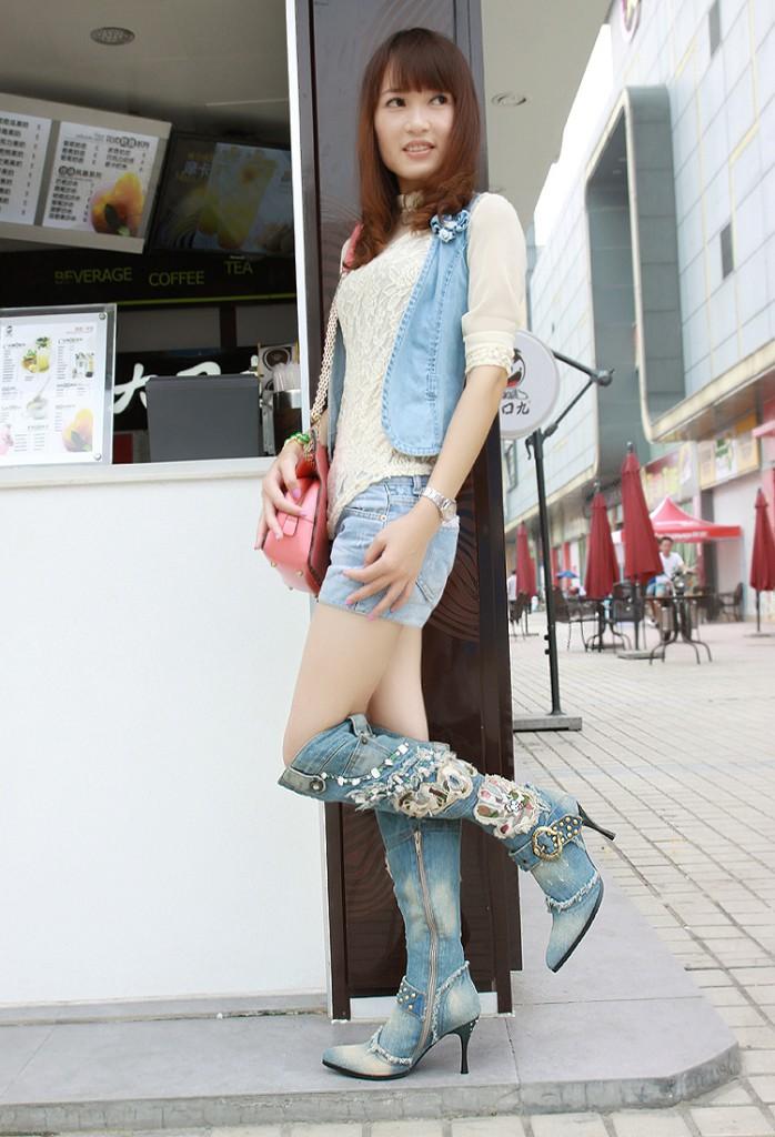 Модный лук с джинсовыми сапогами